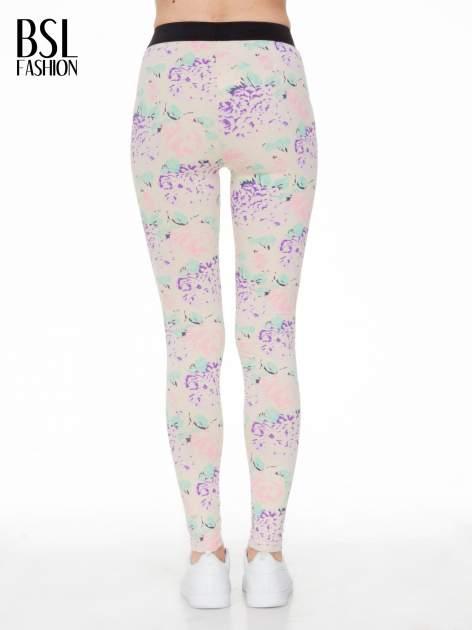 Ecru legginsy we wzór floral print z elastyczną gumą w pasie                                  zdj.                                  2