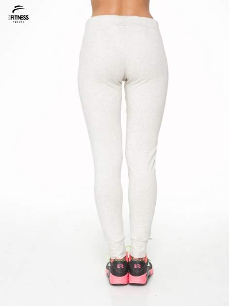 Ecru melanżowe spodnie dresowe z kieszeniami na zamek                                  zdj.                                  4