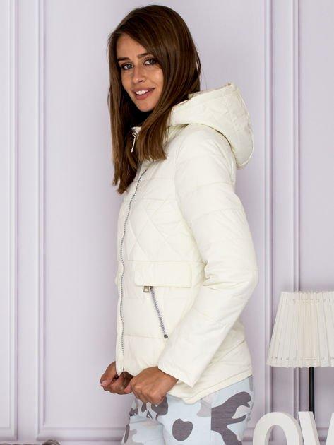 Ecru pikowana kurtka z kapturem                              zdj.                              5
