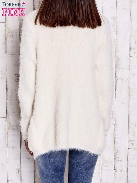 Ecru puszysty sweter z bocznymi kieszeniami                                  zdj.                                  4