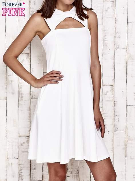 Ecru sukienka dresowa z dekoltem cut out z kokardą                                  zdj.                                  1