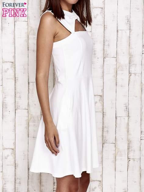 Ecru sukienka dresowa z dekoltem cut out z kokardą                                  zdj.                                  3