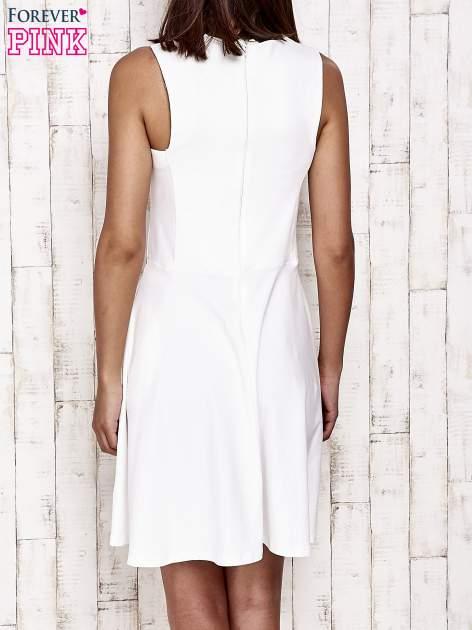 Ecru sukienka dresowa z dekoltem cut out z kokardą                                  zdj.                                  4