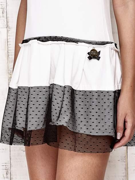 Ecru sukienka dresowa z kontrafałdami i tiulem w groszki                                  zdj.                                  5