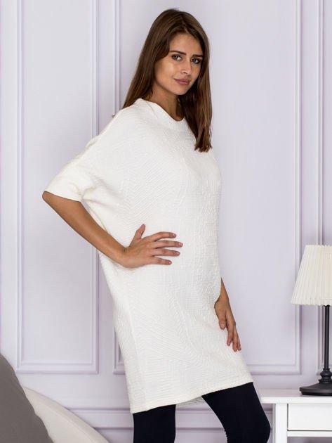 Ecru sukienka o wypukłej fakturze                              zdj.                              3