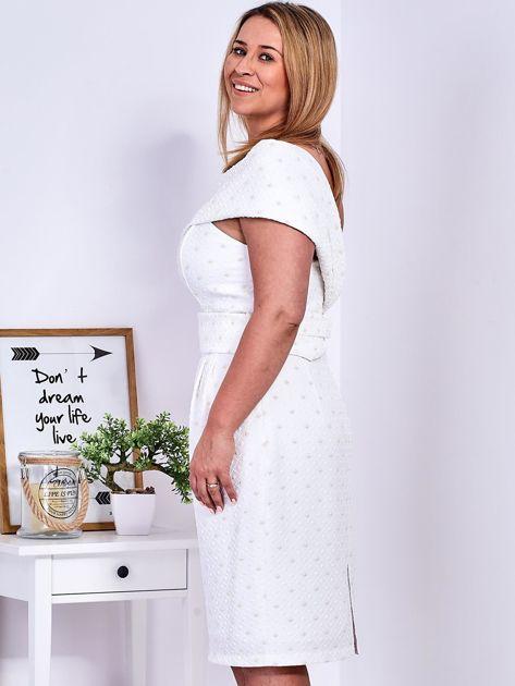 Ecru sukienka w drobne wypukłe wzory PLUS SIZE                              zdj.                              3