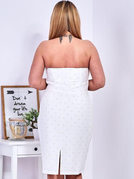 Ecru sukienka w drobne wypukłe wzory PLUS SIZE                              zdj.                              10