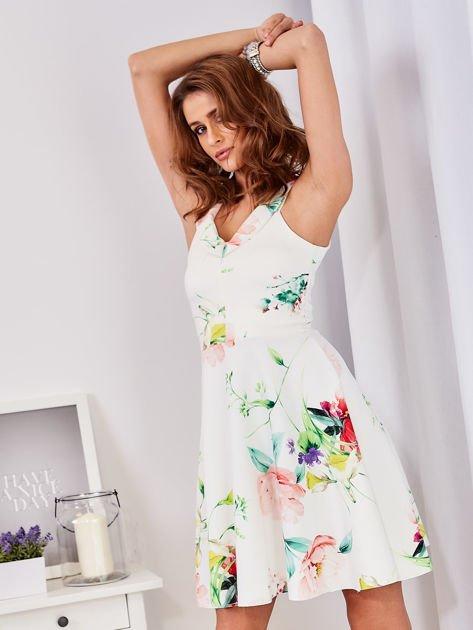 Ecru sukienka w kolorowe kwiaty                                  zdj.                                  10