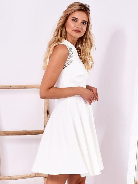 Ecru sukienka z ażurowym wykończeniem                              zdj.                              3