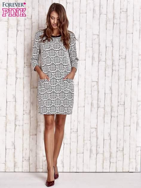 Ecru sukienka z graficznym wzorem i kieszeniami                                   zdj.                                  2