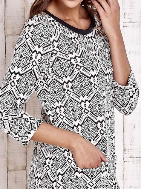 Ecru sukienka z graficznym wzorem i kieszeniami                                   zdj.                                  5