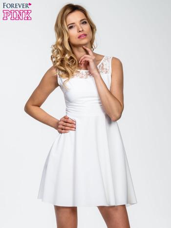 Ecru sukienka z koronkowym wykończeniem i dekoltem na plecach                                  zdj.                                  1
