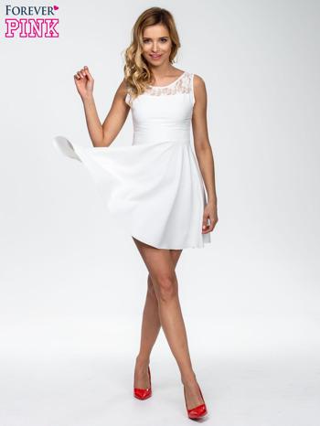 Ecru sukienka z koronkowym wykończeniem i dekoltem na plecach                                  zdj.                                  5