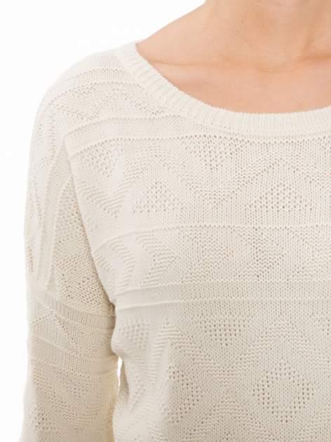 Ecru sweter w azteckie wzory z frędzlami na dole                                  zdj.                                  5