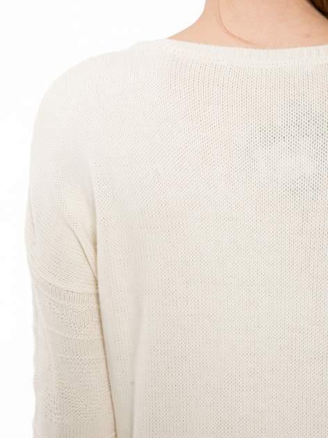 Ecru sweter w azteckie wzory z frędzlami na dole                                  zdj.                                  7