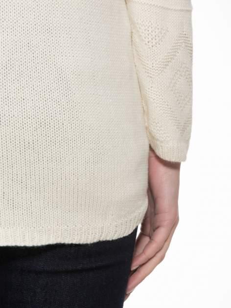 Ecru sweter w azteckie wzory z frędzlami na dole                                  zdj.                                  8