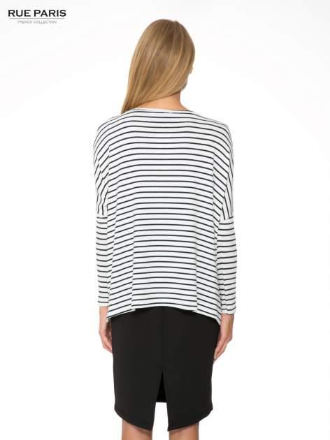 Ecru sweter w czarne paski o kroju oversize                                  zdj.                                  4