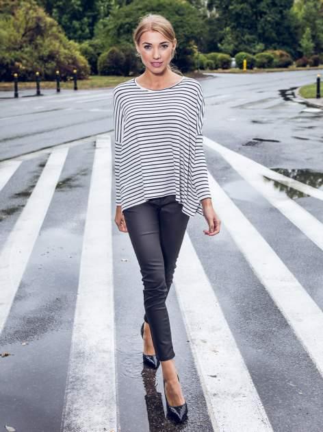 Ecru sweter w czarne paski o kroju oversize                                  zdj.                                  8