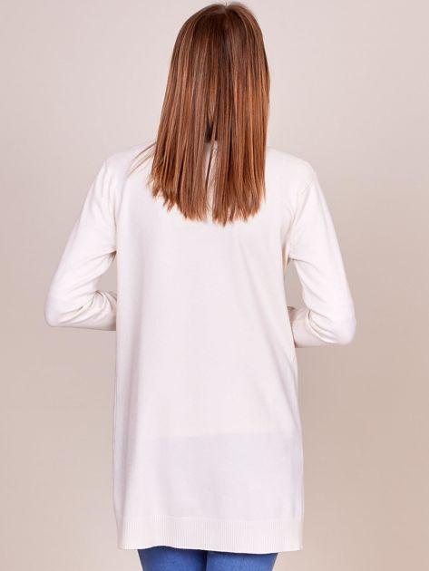 Ecru sweter z koronkowym wykończeniem rękawów                              zdj.                              2