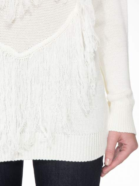 Ecru sweter z sercem obszytym frędzlami                                  zdj.                                  6