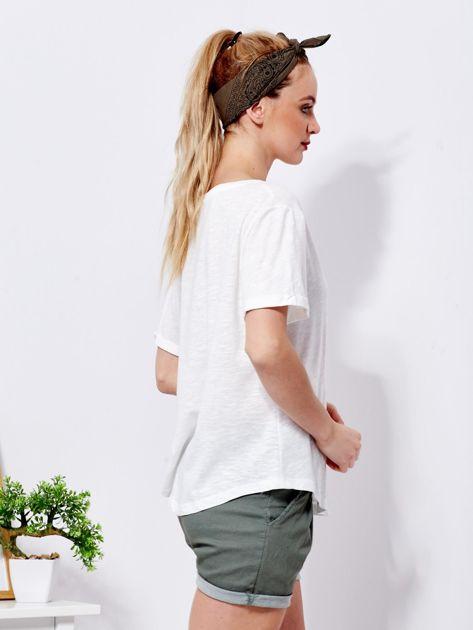 Ecru t-shirt basic z podwijanymi rękawami                              zdj.                              3