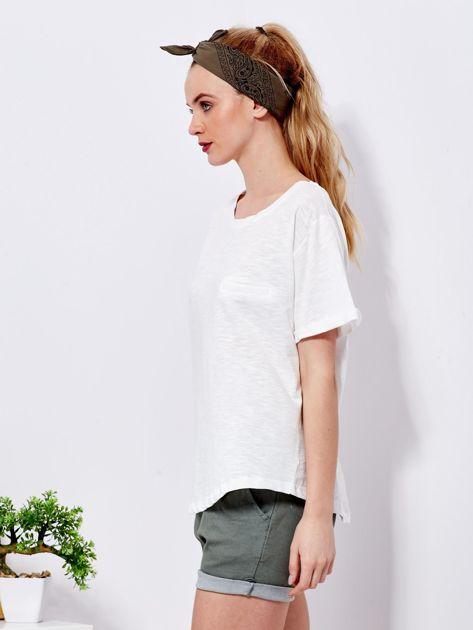 Ecru t-shirt basic z podwijanymi rękawami                              zdj.                              5
