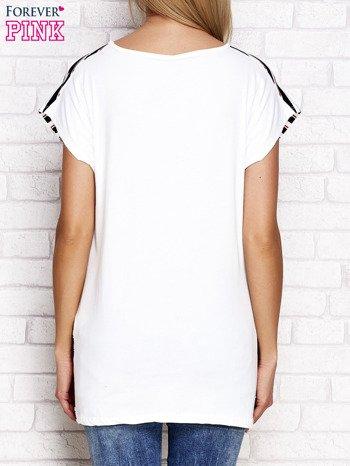 Ecru t-shirt w kontrastowe paski