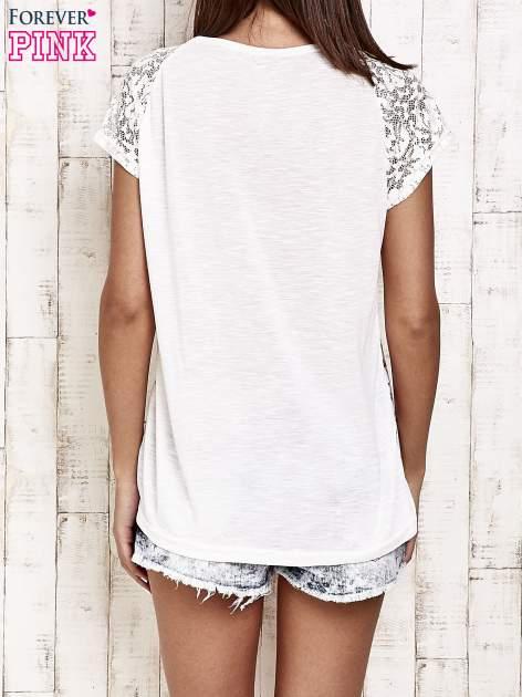 Ecru t-shirt w róże z koronką przy rękawach                                  zdj.                                  2