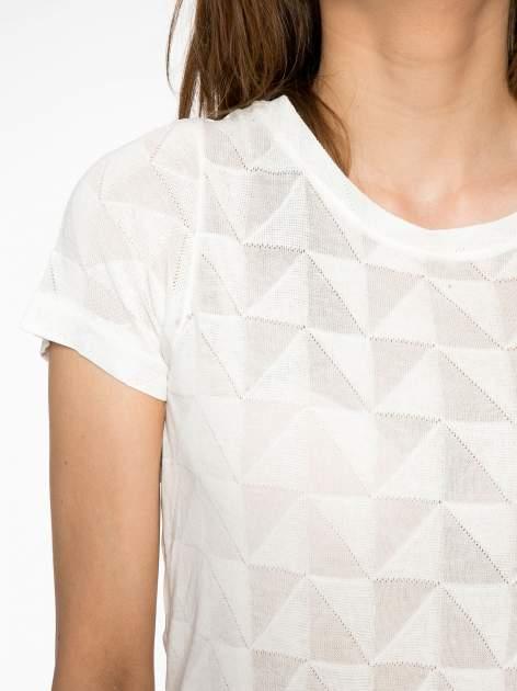Ecru t-shirt z ażurowymi przeszyciami i kieszonką                                  zdj.                                  5
