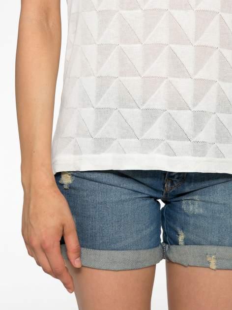 Ecru t-shirt z ażurowymi przeszyciami i kieszonką                                  zdj.                                  6