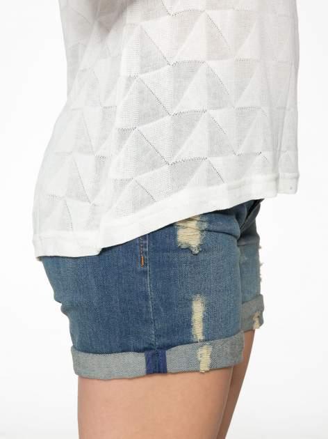 Ecru t-shirt z ażurowymi przeszyciami i kieszonką                                  zdj.                                  8