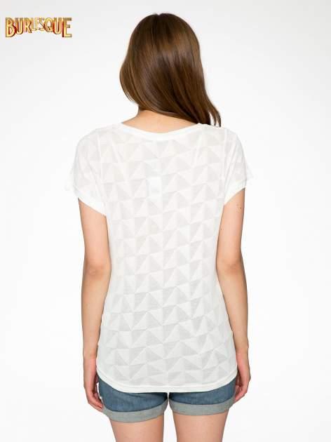Ecru t-shirt z ażurowymi przeszyciami i kieszonką                                  zdj.                                  4