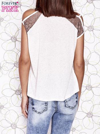 Ecru t-shirt z ażurowymi rękawami cut out shoulder                                  zdj.                                  5