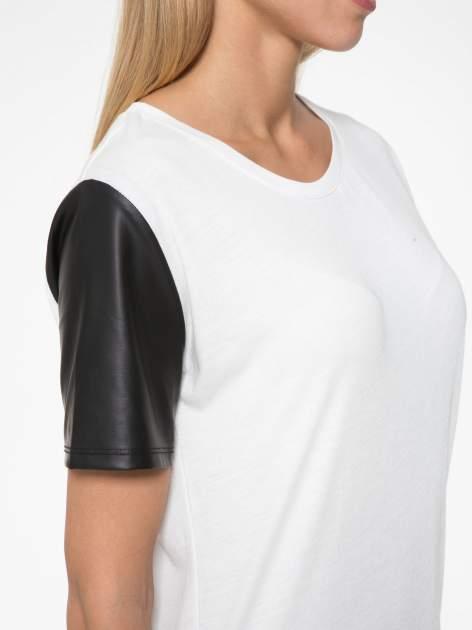 Ecru t-shirt z czarnymi skórzanymi rękawami                                  zdj.                                  7