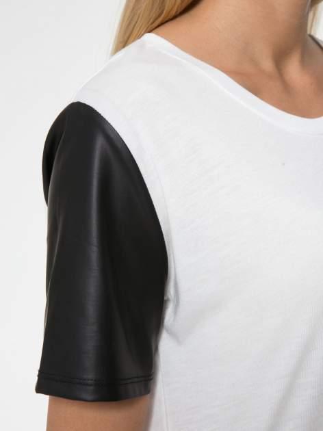 Ecru t-shirt z czarnymi skórzanymi rękawami                                  zdj.                                  8