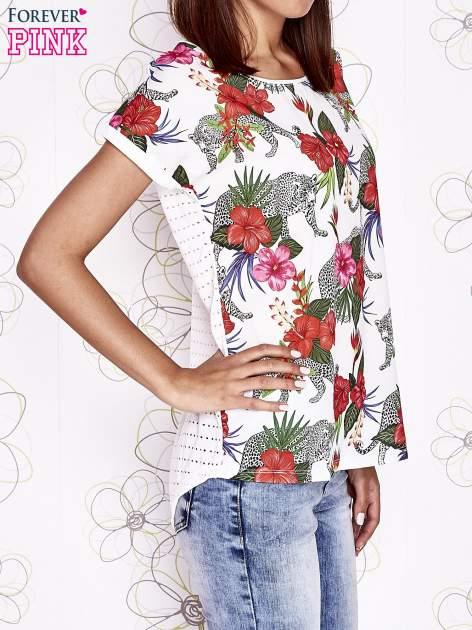 Ecru t-shirt z egzotycznym nadrukiem i ażurowym tyłem                                  zdj.                                  3