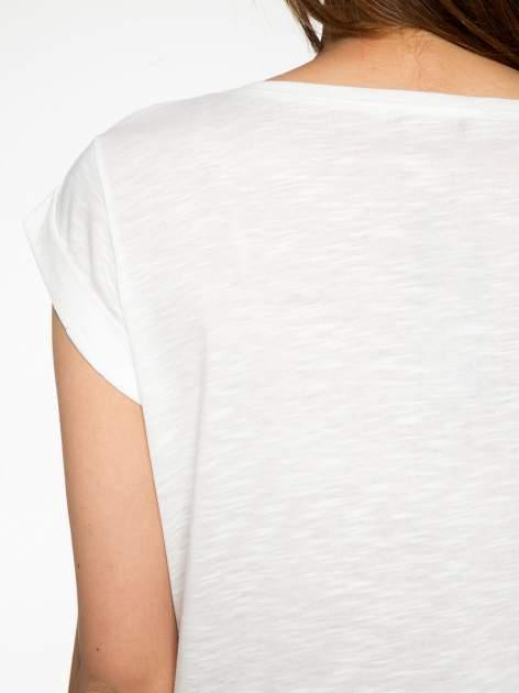 Ecru t-shirt z grafiką kota zdobioną dżetami                                  zdj.                                  10
