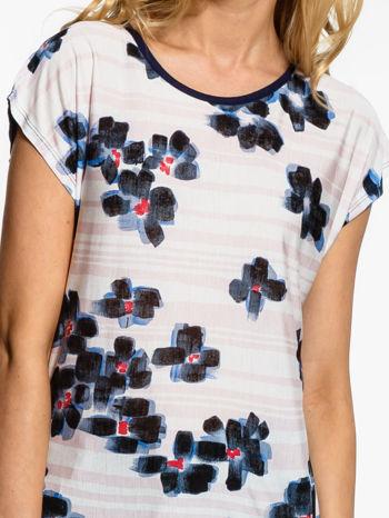 Ecru t-shirt z granatowym kwiatowym nadrukiem                                  zdj.                                  5
