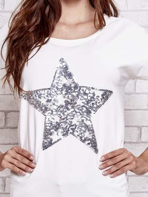 Ecru t-shirt z gwiazdą z cekinów                                  zdj.                                  5