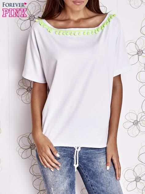 Ecru t-shirt z kolorowymi pomponikami przy dekolcie                                  zdj.                                  1