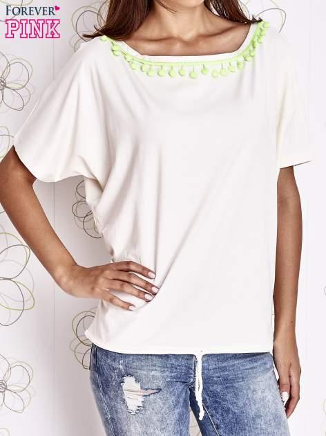 Ecru t-shirt z kolorowymi pomponikami przy dekolcie                                  zdj.                                  5