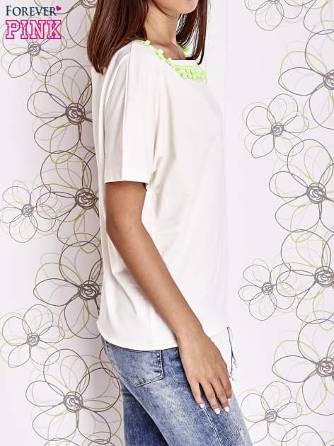 Ecru t-shirt z kolorowymi pomponikami przy dekolcie                                  zdj.                                  6