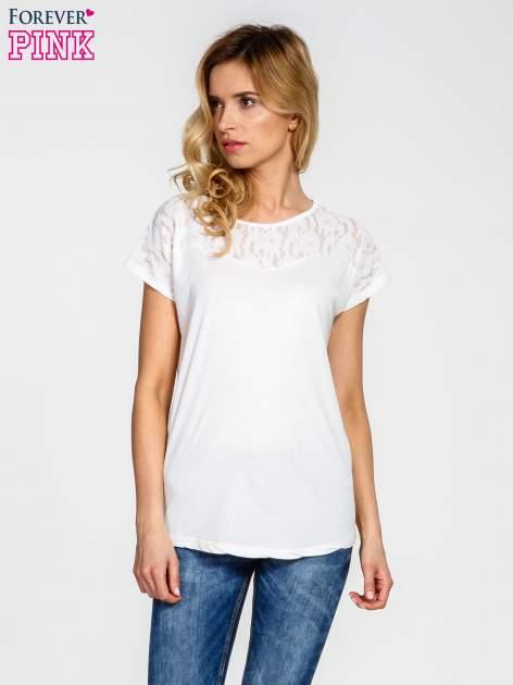 Ecru t-shirt z koronkowym wykończeniem                                  zdj.                                  1