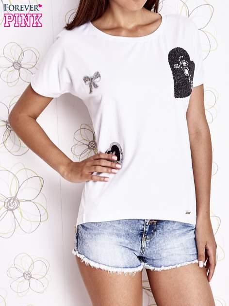 Ecru t-shirt z motywem serca i kokardki                                  zdj.                                  1