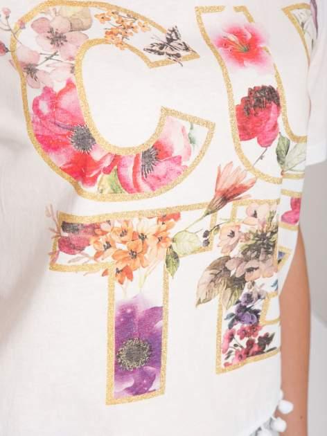 Ecru t-shirt z nadrukiem CUTE i pomponami w stylu etno                                  zdj.                                  8