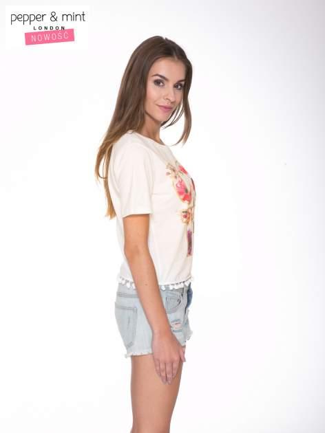 Ecru t-shirt z nadrukiem CUTE i pomponami w stylu etno                                  zdj.                                  3