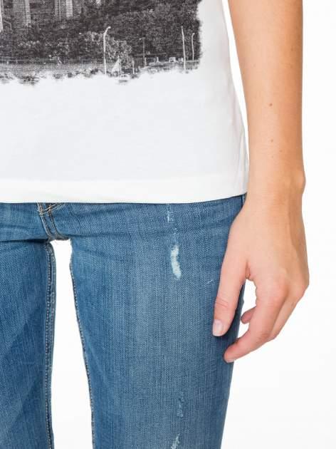 Ecru t-shirt z nadrukiem NEW YORK i ażurowym tyłem                                  zdj.                                  8