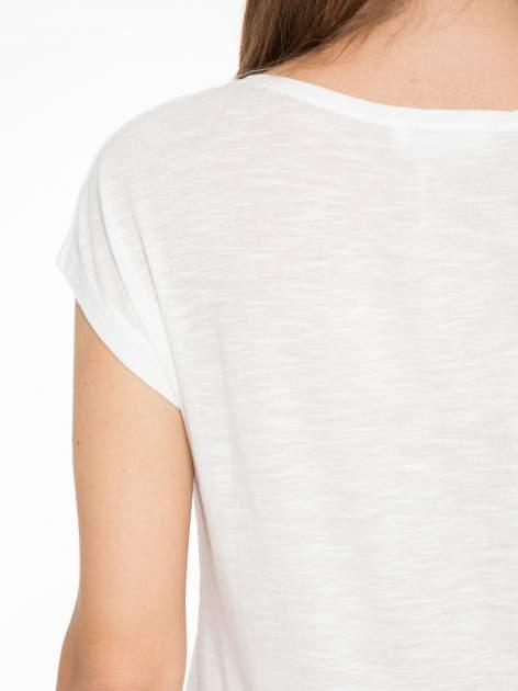 Ecru t-shirt z nadrukiem tekstowym i grzmotem                                  zdj.                                  8