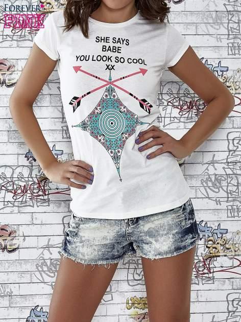 Ecru t-shirt z napisem SHE SAYS BABE YOU LOOK SO COOL XX                                  zdj.                                  1