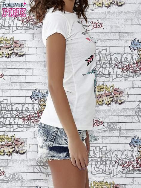 Ecru t-shirt z napisem SHE SAYS BABE YOU LOOK SO COOL XX                                  zdj.                                  3